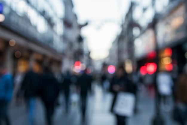通りを歩く人々のぼやけた背景