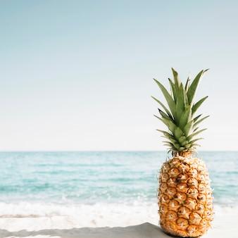 Пляж фона с ананасом