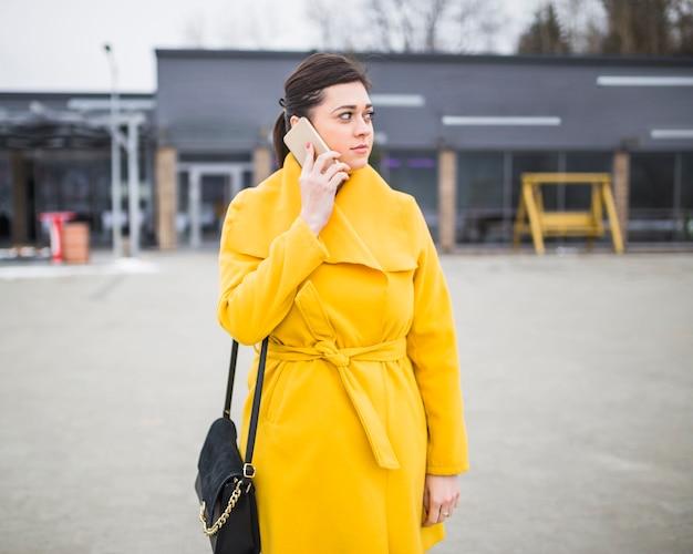 Молодая женщина разговаривает по мобильному телефону