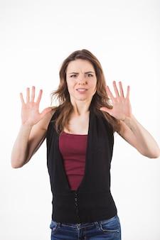 Испуганная женщина, защищая себя на белом фоне