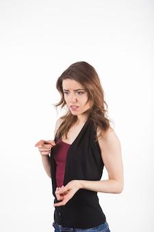 Молодая женщина, глядя расстроен, указывая на что-то