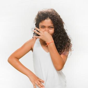 不快な臭いのために彼女の鼻を覆う女の子