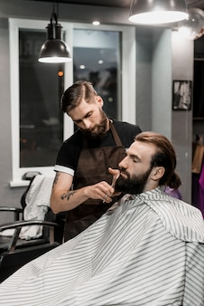 Парикмахерская резка борода в парикмахерской