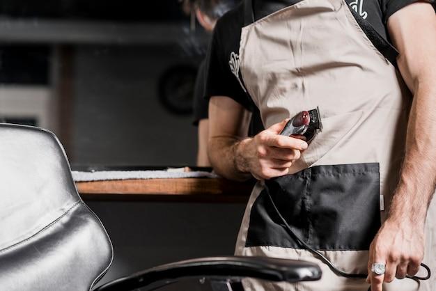 電動トリマー付き美容師の手の中央断面図