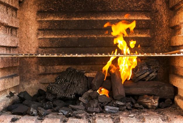 熱い炭の練炭とバーベキューグリルピットのクローズアップ