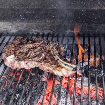 バーベキューグリルで焼きたてのトアホークステーキ