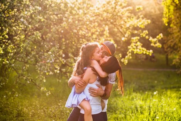 公園で娘と楽しむ幸せな両親