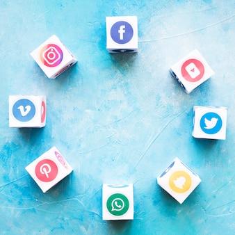 テクスチャ背景の上に円形の形で配置されたソーシャルメディアアイコンのブロック