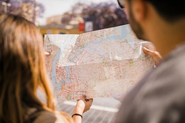 地図を見てカップルのクローズアップ