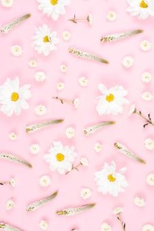 ピンクの背景にシンプルなベロニカと白い花のパターン