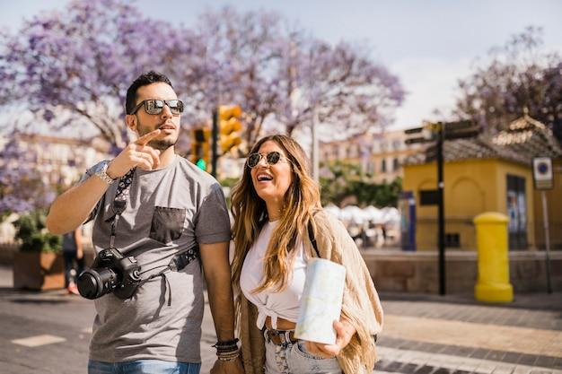 都市を探索する観光客カップル