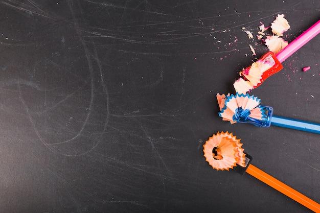 Красочные карандаши, лежащие с точильщиками