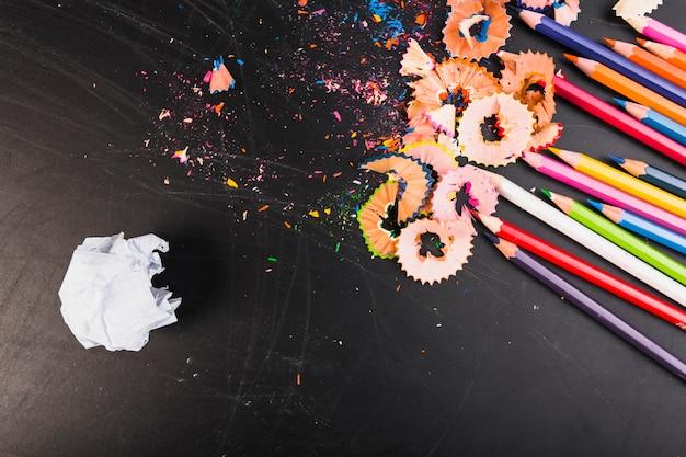Цветные карандаши с куском бумаги