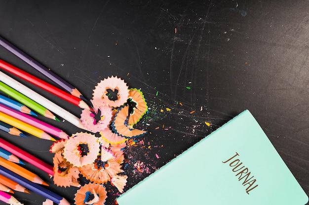 Оригинальная тетрадь с цветными карандашами