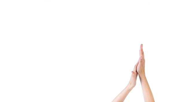 白い背景に彼女の手のひらに触れる女性のクローズアップ