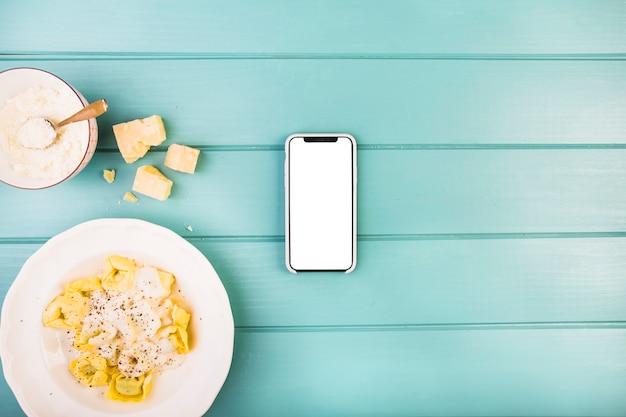 Смартфон с белым белым экраном, кроме тарелки макаронных изделий
