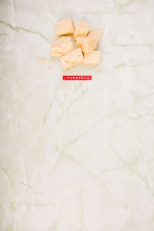 Высокий угол зрения сыра пармезан на мраморе