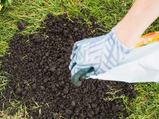 庭師注ぐ土のオーバーヘッドビュー