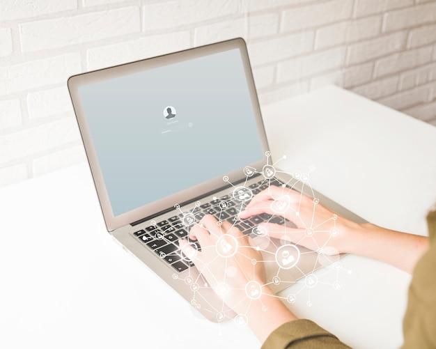 デジタル層効果とラップトップを使用して人間の手