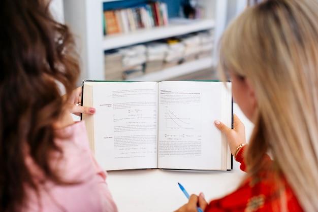 認識できない女性が教科書を読む