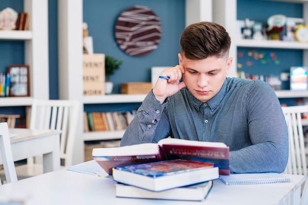 図書館で勉強している学生