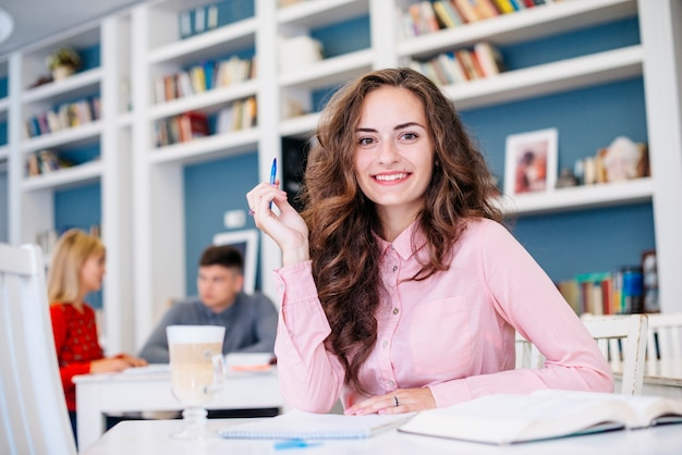 Молодая женщина, учиться за столом