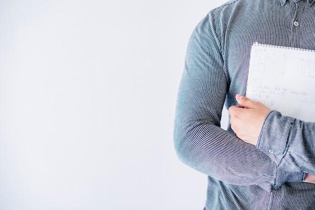 Человек, держащий ноутбук в студии