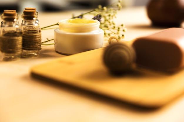 ハーブクリーム、石鹸、アロマオイルをテーブルに
