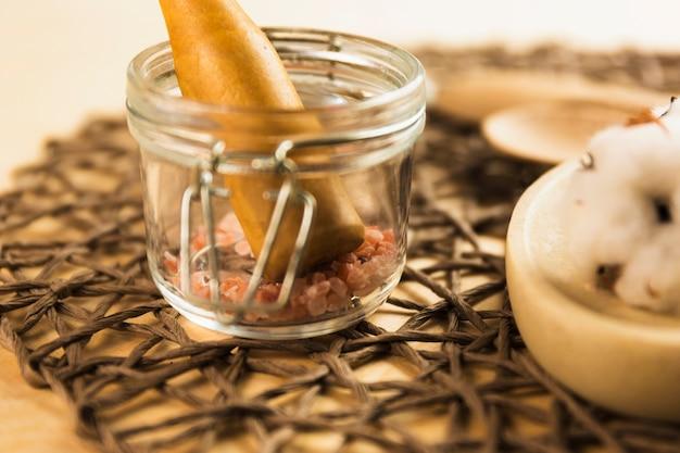 ヒマラヤの塩、ガラス瓶に乳棒