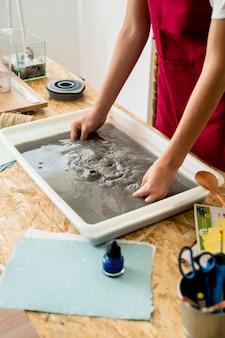 ワークショップで紙を作る女の子の手