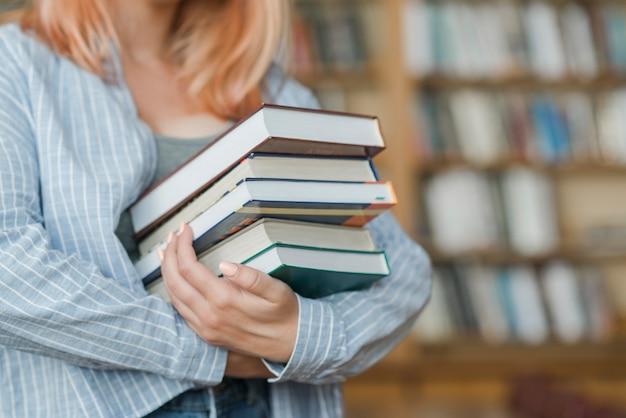 Подросток подросток со стопкой книг