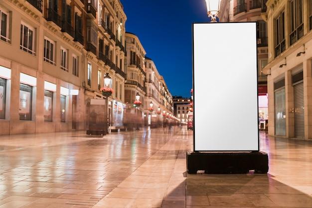 都市の通りに空白の白い看板
