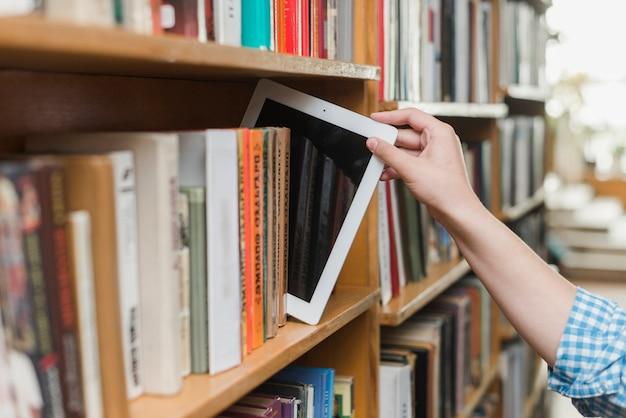 Картон для рук с книжной полкой