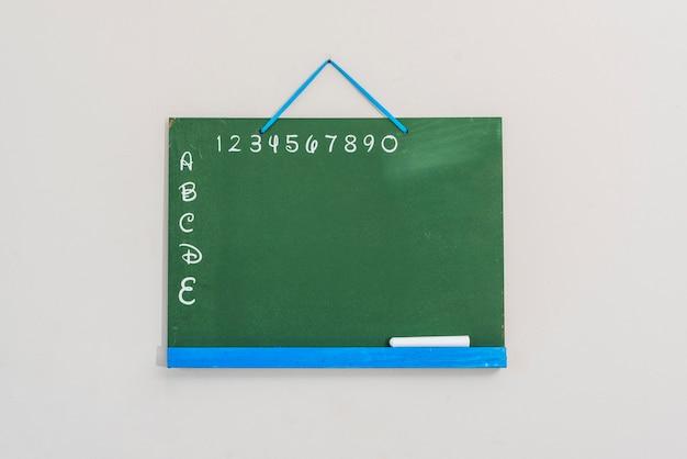 文字と数字のある黒板