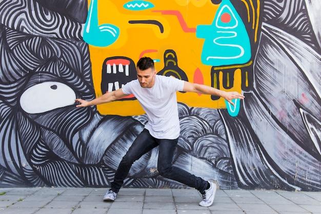 ストリートに踊っている若い男