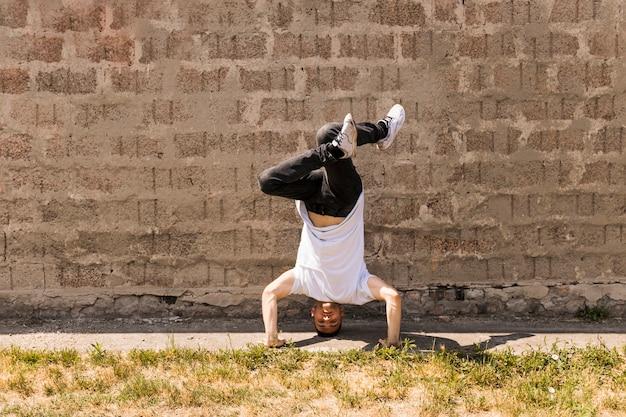 ヒップホップアクロバティック・ブレーク・ダンサー、壁に踊る
