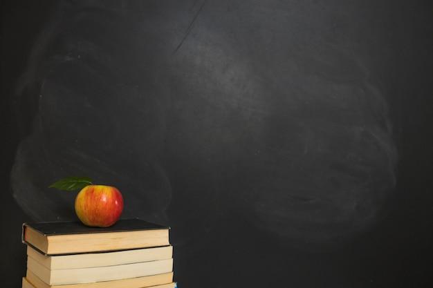 アップルは本の積み重ね