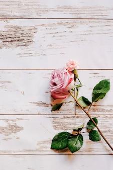 新鮮な繊細なピンクのクローズアップは、木製の背景に