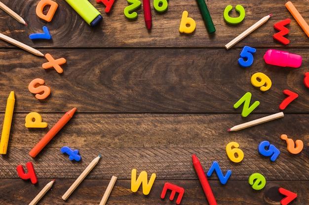 Граница от персонажей и инструментов для написания