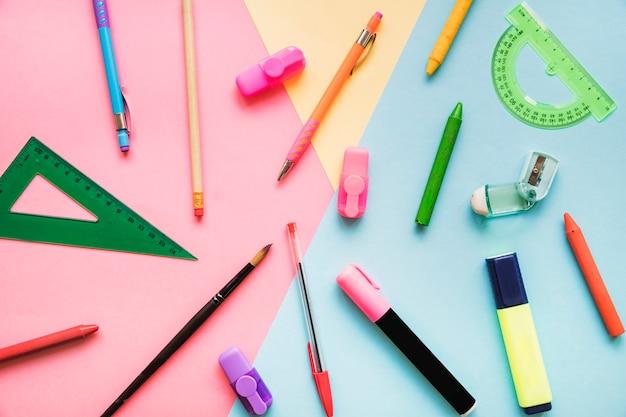 Канцелярские товары на цветном фоне