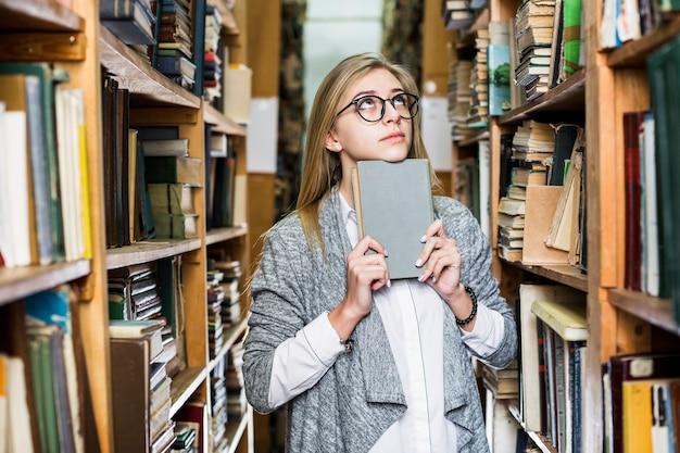 読書を考える女性