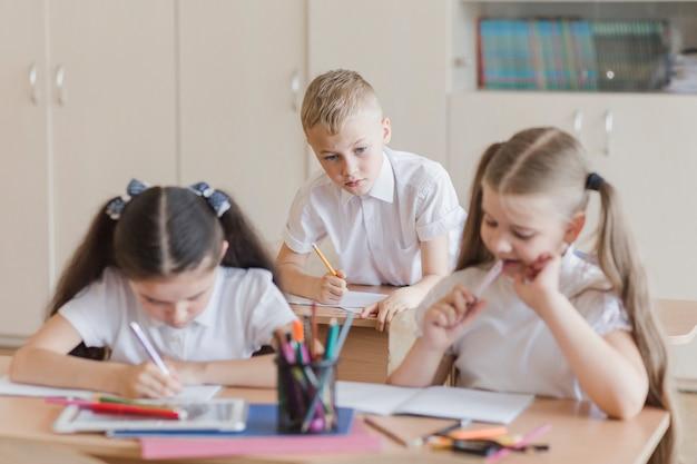Мальчик копирует ответы одноклассников