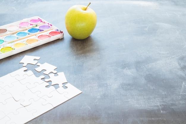 リンゴパズルと絵の具のテーブル