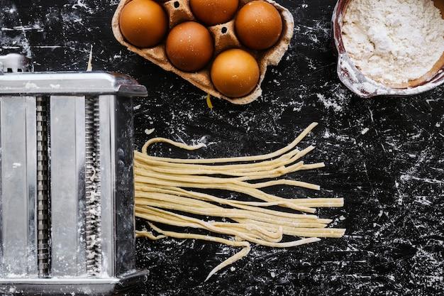 Макаронные изделия для резки теста вблизи ингредиентов