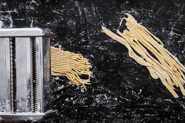 Металлическая машина, готовящая пасту