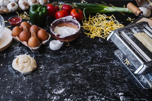 Приготовление ингредиентов возле макаронной машины