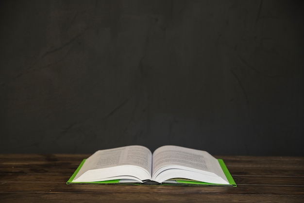 木製のテーブルの上に開いた本