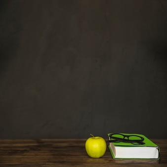 ブックグラスとリンゴのワークスペース