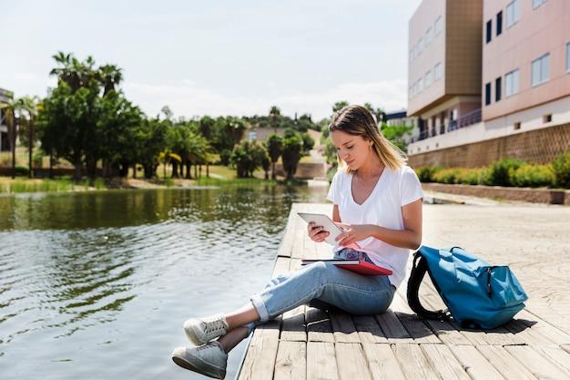 キャンパス、タブレット、湖の近く