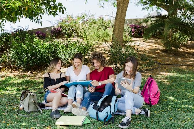 緑の公園で勉強中の友達